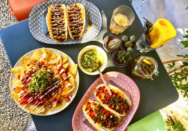 Restaurante Ancho, mesa con tacos y nachos