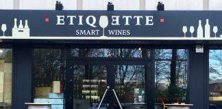 Fachada Etiquette bar de vinos con clientela cosmopolita