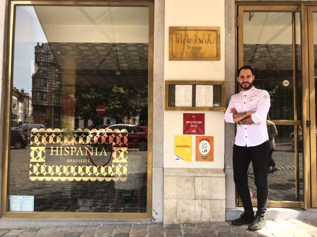 El chef Adrián Mancheño a la puerta del restaurante Hispania