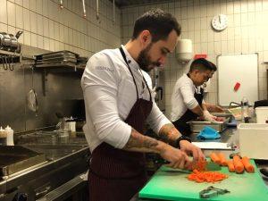 Adrián Mancheño en la cocina del Hispania