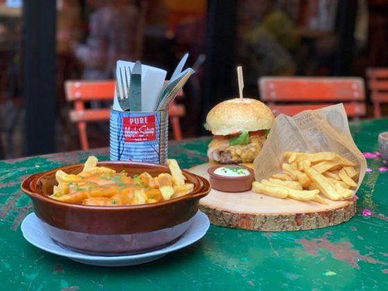 mesa con comida en La Luck