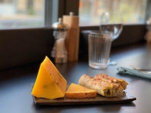 From el nuevo templo de quesos queso con azafrán y pan
