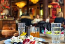 Lultime Atome plato con postre y vistas del restaurante