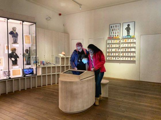 Manneken Pis museo con vitrina y ordenador