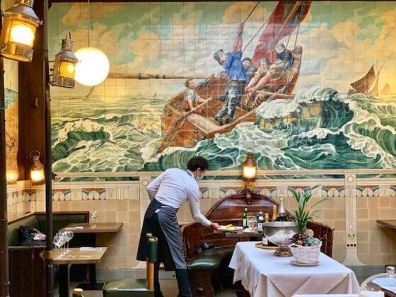 Vincent vista mesa fondo con camarero